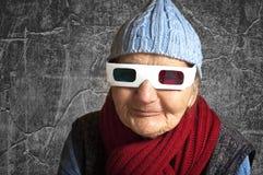 Ηλικιωμένη γυναίκα με τα τρισδιάστατα γυαλιά ανάγλυφων στοκ φωτογραφίες