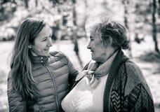 Ευτυχής ηλικιωμένη γυναίκα με την κόρη της στοκ φωτογραφία
