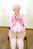 Ευτυχής ηλικιωμένη γυναίκα που πιάνει μια σφαίρα στοκ φωτογραφίες