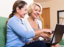 Ευτυχής ηλικιωμένος θηλυκός browsering Ιστός Στοκ Εικόνες
