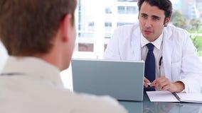 Ευτυχής η ομιλία γιατρών με τον ασθενή του απόθεμα βίντεο