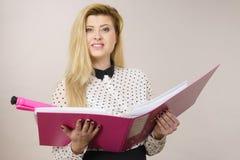 Ευτυχής θετικός σύνδεσμος εκμετάλλευσης επιχειρησιακών γυναικών με τα έγγραφα Στοκ Εικόνες