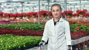 Ευτυχής θηλυκός γεωργικός μηχανικός στην ομοιόμορφη τοποθέτηση στο σύγχρονο μέσο πυροβολισμό θερμοκηπίων απόθεμα βίντεο