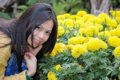 Ευτυχής θηλυκός στενός επάνω poritait στο πεδίο λουλουδιών Στοκ Εικόνα