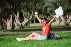 Ευτυχής θηλυκή χαλάρωση τουριστών στο πάρκο στοκ φωτογραφίες