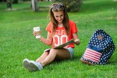 Ευτυχής θηλυκή χαλάρωση τουριστών στο πάρκο στοκ φωτογραφία με δικαίωμα ελεύθερης χρήσης
