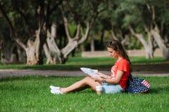 Ευτυχής θηλυκή χαλάρωση τουριστών στο πάρκο στοκ φωτογραφίες με δικαίωμα ελεύθερης χρήσης