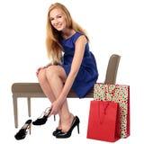 Ευτυχής θηλυκός αγοραστής που επιλέγει τα παπούτσια Στοκ εικόνα με δικαίωμα ελεύθερης χρήσης