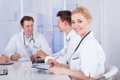 Ευτυχής θηλυκός γιατρός στη συνεδρίαση των διασκέψεων Στοκ Εικόνες