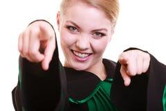 Ευτυχής θηλυκός δικηγόρος που φορά την κλασική μαύρη πράσινη εσθήτα στιλβωτικής ουσίας Στοκ φωτογραφία με δικαίωμα ελεύθερης χρήσης