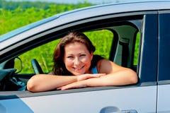 Ευτυχής θηλυκός οδηγός στο νέο αυτοκίνητό της Στοκ εικόνες με δικαίωμα ελεύθερης χρήσης