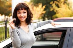Ευτυχής ιδιοκτήτης ενός νέου αυτοκινήτου Στοκ φωτογραφία με δικαίωμα ελεύθερης χρήσης