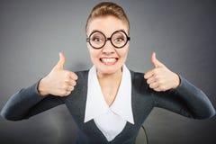 Ευτυχής ικανοποιημένη επιχειρηματίας στην αρχή Στοκ εικόνα με δικαίωμα ελεύθερης χρήσης
