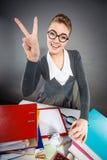 Ευτυχής ικανοποιημένη επιχειρηματίας στην αρχή Στοκ Φωτογραφίες
