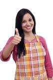 Ευτυχής ινδική γυναίκα που φορά την ποδιά κουζινών Στοκ Φωτογραφίες