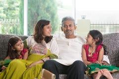 Ευτυχής ινδική οικογένεια στο σπίτι Στοκ εικόνες με δικαίωμα ελεύθερης χρήσης