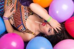 Ευτυχής ισπανική γυναίκα με τα μπαλόνια στοκ φωτογραφία