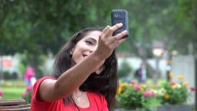 Ευτυχής ισπανική γυναίκα που παίρνει Selfy απόθεμα βίντεο