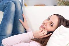ευτυχής κάνοντας τηλεφωνική γυναίκα κλήσης Στοκ Φωτογραφία