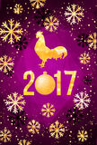 Ευτυχής κάρτα έτους του 2017 κινεζική νέα Διανυσματική αφίσα ενός χρυσού κόκκορα που απομονώνεται στο ιώδες υπόβαθρο Πρότυπο σχεδ Απεικόνιση αποθεμάτων