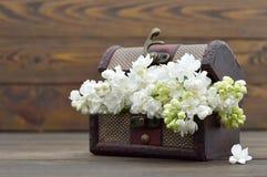 Ευτυχής κάρτα επετείου με τα άσπρα λουλούδια στο εκλεκτής ποιότητας στήθος Στοκ εικόνα με δικαίωμα ελεύθερης χρήσης