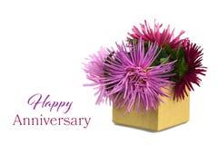 Ευτυχής κάρτα επετείου με τα λουλούδια στο κιβώτιο δώρων Στοκ Φωτογραφία