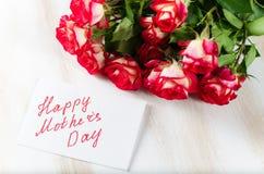 Ευτυχής κάρτα ημέρας μητέρων ` s με τα τριαντάφυλλα ανθοδεσμών Στοκ φωτογραφία με δικαίωμα ελεύθερης χρήσης