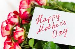 Ευτυχής κάρτα ημέρας μητέρων ` s με τα τριαντάφυλλα ανθοδεσμών Στοκ φωτογραφίες με δικαίωμα ελεύθερης χρήσης