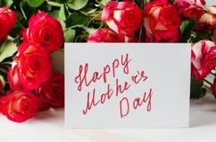 Ευτυχής κάρτα ημέρας μητέρων ` s με τα τριαντάφυλλα ανθοδεσμών Στοκ Εικόνα