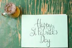 Ευτυχής κάρτα καλλιγραφίας ημέρας του ST Πάτρικ και μια μπύρα Στοκ Φωτογραφία