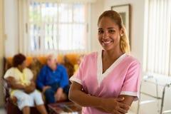 Ευτυχής και βέβαια γυναίκα στην εργασία ως νοσοκόμα στο νοσοκομείο στοκ εικόνα