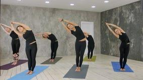 Ευτυχής και ενεργός γυναίκα που κάνει την άσκηση γιόγκας στο χαλί Στοκ Φωτογραφίες