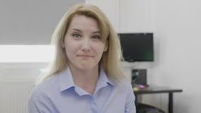 Ευτυχής και κατηγορηματική εταιρική νέα γυναίκα στο γραφείο που δέχεται την προσφορά που παρουσιάζει ναι το τίναγμα θετικών σημαδ απόθεμα βίντεο
