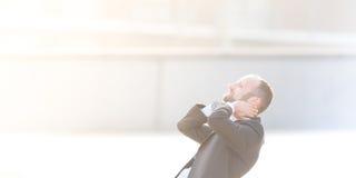 Ευτυχής και χαρούμενος επιχειρηματίας υπαίθριος Στοκ Εικόνες