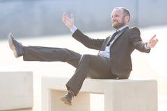 Ευτυχής και χαρούμενος επιχειρηματίας υπαίθριος Στοκ φωτογραφία με δικαίωμα ελεύθερης χρήσης