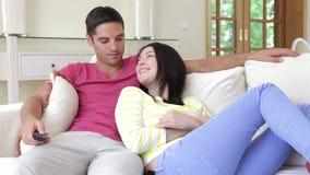 ευτυχής καναπές χαλάρωσης ζευγών απόθεμα βίντεο