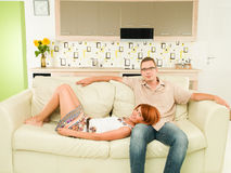 ευτυχής καναπές χαλάρωσης ζευγών Στοκ φωτογραφία με δικαίωμα ελεύθερης χρήσης