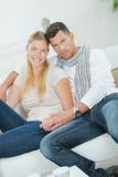 ευτυχής καναπές χαλάρωσης ζευγών Στοκ εικόνες με δικαίωμα ελεύθερης χρήσης