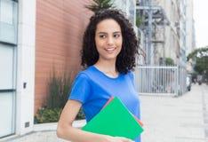 Ευτυχής καραϊβικός σπουδαστής με τα βιβλία στην πόλη Στοκ φωτογραφία με δικαίωμα ελεύθερης χρήσης