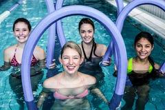 Ευτυχής κατηγορία ικανότητας που κάνει τη αερόμπικ aqua με τους κυλίνδρους αφρού Στοκ Εικόνες
