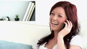 Ευτυχής καυκάσια γυναίκα που μιλά στο τηλέφωνο απόθεμα βίντεο