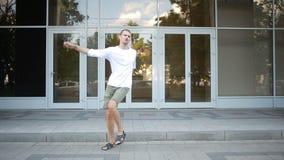 Ευτυχής καυκάσια χορευτών ελεύθερη κολύμβηση χορού οδών ατόμων φοβιτσιάρης στην πόλη απόθεμα βίντεο