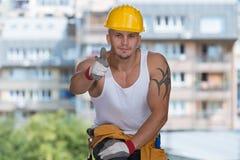 Ευτυχής καυκάσιος εργάτης οικοδομών που δίνει τον αντίχειρα επάνω Στοκ εικόνες με δικαίωμα ελεύθερης χρήσης