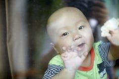 Ευτυχής κινηματογράφηση σε πρώτο πλάνο προσώπου μωρών Στοκ Εικόνες