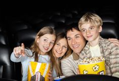 Ευτυχής κινηματογράφος οικογενειακής προσοχής στο θέατρο Στοκ φωτογραφία με δικαίωμα ελεύθερης χρήσης