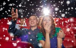 Ευτυχής κινηματογράφος προσοχής ζευγών στο θέατρο Στοκ εικόνες με δικαίωμα ελεύθερης χρήσης