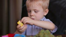 Ευτυχής κινητική άμμος παιδικών παιχνιδιών χαμόγελου στο σπίτι απόθεμα βίντεο