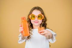 Ευτυχής κοριτσιών χυμός καρότων ποτών φρέσκος r μικρό κορίτσι στα γυαλιά μόδας Διατροφή βιταμινών αναζωογόνηση στοκ φωτογραφίες με δικαίωμα ελεύθερης χρήσης