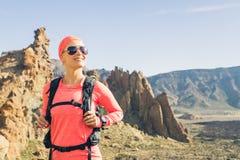 Ευτυχής κορυφή βουνών κοριτσιών επιτευχμένη οδοιπόρος, backpacker περιπέτεια στοκ φωτογραφία με δικαίωμα ελεύθερης χρήσης