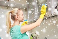 Ευτυχής κουζίνα γραφείων γυναικών καθαρίζοντας στο σπίτι Στοκ φωτογραφίες με δικαίωμα ελεύθερης χρήσης